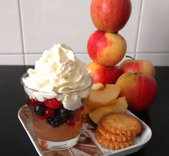 Verrines de gelée de jus de pomme, fruits rouges et chantilly