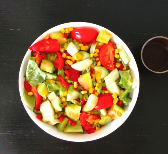 Salade aux trois poivrons, concombre, tomate et maïs